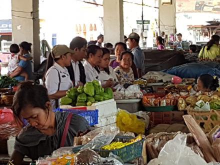 Dinas Ketahanan Pangan Kabupaten Buleleng survay harga 9 bahan pokok di Pasar Sangsit