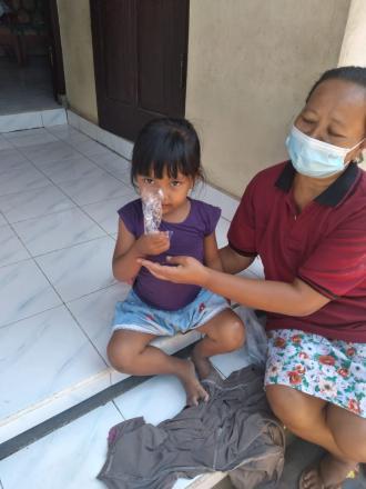 Pendistribusian PMT ( Pemberian Makanan Tambahan) untuk balita oleh Kader Posyandu Banjar Dinas Peke
