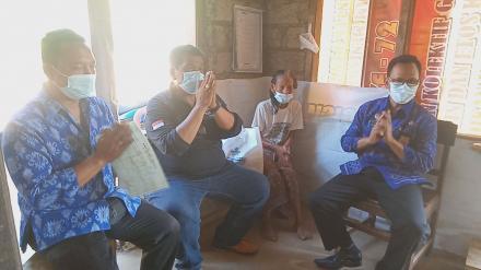 Perbekel Desa Sangsit mendampingi Kepala Dinas Sosial Kunjungan Ke Rumah warga